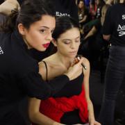 Le nostre Mua che truccano le modelle nel backstage delle sfilate a Milano
